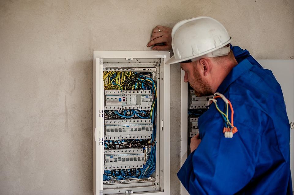 10 مشاكل كهربائية شائعة حول المنزل electrician-2755683_
